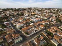 Dachy z czerwonej gliny płytkami na domach São Paulo, Brazylia zdjęcie stock