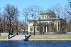 Dacia di principe di Oldemburgo sull'isola di Kamenny, argine di Malaya Nevka River, St Petersburg, Russia fotografia stock