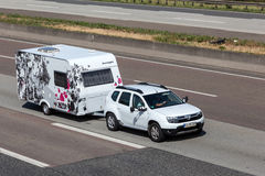 Dacia Duster con un caravan njoy di luce solare Immagini Stock