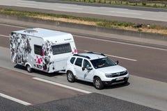 Dacia Duster met een Zonlicht njoy Caravan Stock Afbeeldingen