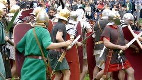 Dacian και ρωμαϊκοί στρατιώτες που κάνουν μια επίδειξη της πάλης φιλμ μικρού μήκους