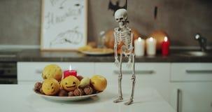 Dacing śmieszny kościec na kuchennym stole na Halloweenowej nocy, tła Halloween dekoracje zdjęcie wideo