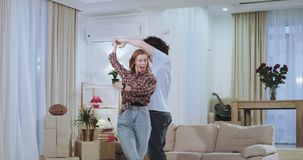 Dacing αστείο ένα ζεύγος πολύ που διεγείρεται μετά από μια σκληρή κινούμενη ημέρα σε ένα καινούργιο σπίτι είναι πολύ εντυπωσιασμέ απόθεμα βίντεο