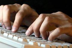 Dactilografia das mãos dos homens imagens de stock