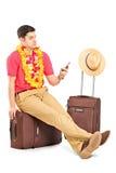 Dactilografia do turista sms assentados em um saco do curso Imagens de Stock