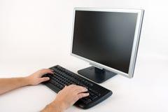 Dactilografia em um computador foto de stock royalty free