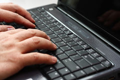 Dactilografia em um computador portátil imagem de stock royalty free