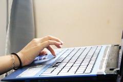 Dactilografia em um portátil fotos de stock