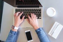 Dactilografia em um portátil Imagem de Stock
