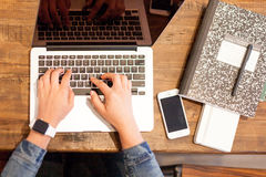 Dactilografia em um portátil Imagens de Stock