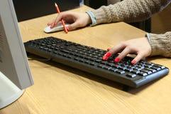 Dactilografia fêmea das mãos Foto de Stock Royalty Free