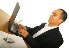 Dactilografia feliz do homem de negócio imagens de stock royalty free