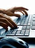 Dactilografia no teclado Fotografia de Stock