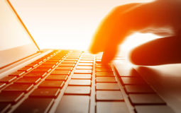 Dactilografia no teclado do portátil fotos de stock
