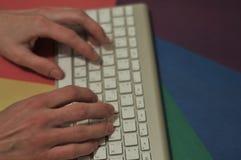 Dactilografia no teclado keypad desktop imagem de stock royalty free