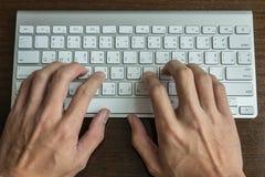 Dactylographie d'un clavier d'ordinateur Images libres de droits