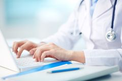 Dactylographie médicale de personne Photos stock
