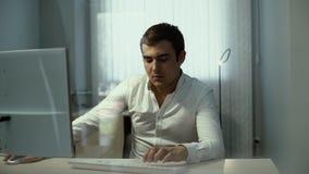Dactylographie masculine à l'ordinateur dans le mouvement lent L'employé de bureau de type dactylographie le clavier banque de vidéos