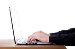 Dactylographie sur l'ordinateur portable moderne Photos libres de droits