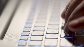 Dactylographie sur la fin d'ordinateur portable  banque de vidéos
