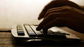 Dactylographie sur la silhouette de clavier d'ordinateur images stock