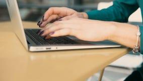 Dactylographie sur le clavier clips vidéos