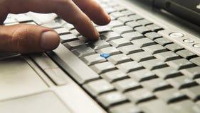 Dactylographie sur le clavier photographie stock libre de droits