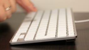 Dactylographie sur le clavier blanc banque de vidéos