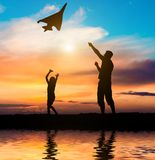 Dad and daughter flying a kite on the beach Stock Photography