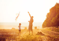 Dad with his daughter let a kite Stock Images
