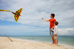 Dad and son flying kite Royalty Free Stock Photography