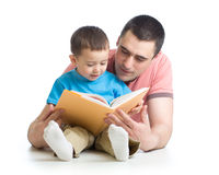Dad and son reading together Royalty Free Stock Images