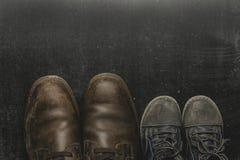 Daddy& x27 ; bottes et baby& x27 de s ; chaussures de s, concept de jour de pères Image stock