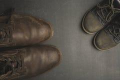 Daddy& x27 ; bottes et baby& x27 de s ; chaussures de s, concept de jour de pères Photo libre de droits