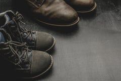 Daddy& x27 ; bottes et baby& x27 de s ; chaussures de s, concept de jour de pères Images libres de droits