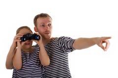 Daddy e figlia con binoculare Fotografia Stock