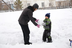 Daddy and son making snowman Royalty Free Stock Photography