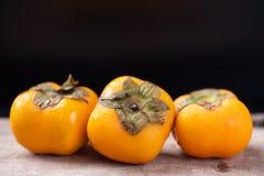 Dadelpruimfruit op zwarte achtergrond Stock Foto