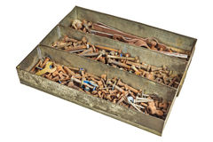 Dadi arrugginiti - e - bulloni in una scatola isolata su bianco Fotografia Stock Libera da Diritti
