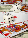 Dadi contro delle schede ed i soldi di gioco Fotografia Stock Libera da Diritti