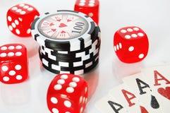 Dadi del poker, chip e carte del gioco su fondo bianco Fotografie Stock