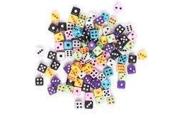 Dadi di gioco variopinti isolati su bianco Fotografie Stock