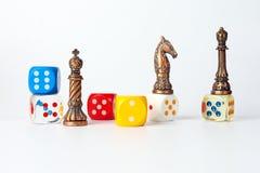 Dadi di plastica di scacchi e di legno del metallo Fotografie Stock