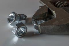 Dadi e chiave d'acciaio con fondo bianco immagini stock libere da diritti