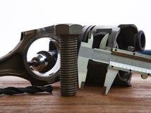 Dadi e pistone dell'oggetto e dell'alluminio del metallo sulla tavola di funzionamento Immagini Stock Libere da Diritti
