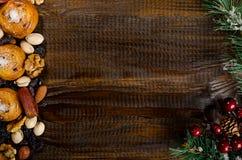 Dadi, frutti secchi, pistacchi e biscotti casalinghi sparsi dalla borsa sulla tavola, attributi del nuovo anno, con un posto per  fotografia stock libera da diritti