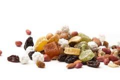 Dadi misti e frutta secca su un fondo bianco Immagine Stock Libera da Diritti