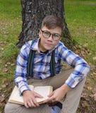 Dadi nelle mani di un ragazzo nel legno ragazzo, natura, giardino, bambino, giovane, verde, all'aperto, estate, pianta, facente i Fotografie Stock Libere da Diritti