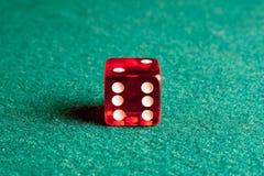 Dadi rossi sulla tabella verde Immagine Stock