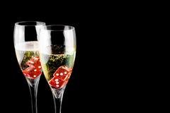 Dadi rossi in una scanalatura di champagne Immagine Stock